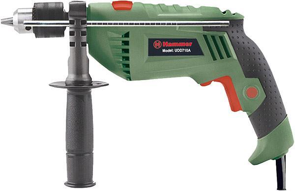 Hammer UDD710A дрель ударная0601217100Модель оснащена ключевым патроном, что увеличивает надежность крепления оснастки в патроне (особенно при бурении), а, следовательно, гарантирует безопасность В зависимости от плотности материала, регулировка скорости вращения позволяет начать работу на малых оборотах (т.е. медленном сверлении), а в дальнейшем, при необходимости, увеличивать частоту вращения для качественной обработки материала Благодаря наличию реверса, ударную дрель можно использовать как шуруповерт Основная рукоять с антискользящим резиновым протектором снижает вибрацию при работе В комплектацию входит вторая рукоятка, она позволят надежно фиксировать инструмент в руках