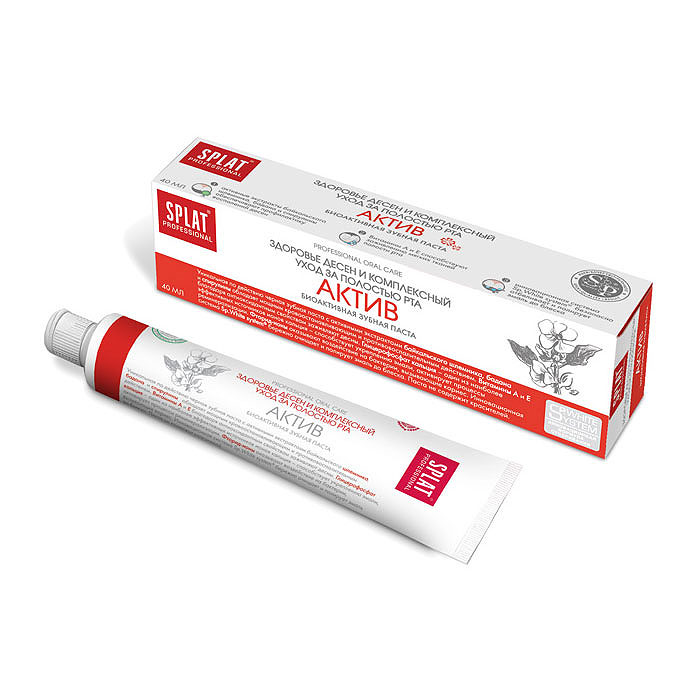 Splat Professional Зубная паста Active / Актив, 40 мл9809Здоровье десен и комплексный уход за полостью рта. Уникальная по эффективности черная зубная паста с активными экстрактами байкальского шлемника, бадана и спирулины обладает мощным кровоостанавливающим и противовоспалительным действием. Витамины А и Е благодаря антиоксидантным свойствам способствуют заживлению мягких тканей полости рта. Глицерофосфат кальция - один из наиболее эффективных источников ионов кальция - способствует укреплению эмали, активирует процессы реминерализации. Фторид-ионы оказывают воздействие на бактерии, вызывающие кариес. Паста с высокодейственными экстрактами лекарственных растений предназначена для профилактики пародонтита. Ионы кальция способствуют восстановлению и укреплению эмали. Монофторфосфат натрия надежно защищает от кариеса.Инновационная система Sp.White system бережно очищает и полирует эмаль до блеска. Паста не содержит красителей. Темный цвет пасты обусловлен естественным цветом натуральных экстрактов растений. Содержит фтор (1000 ppm).Клинически доказано: Противовоспалительный эффект - 54,2%. Кровоостанавливающий эффект - 58,2%. Очищающий эффект - 40,3%.Эффект: Активные экстракты байкальского шлемника, бадана и спирулины оказывают противовоспалительное действие на десны. Витамины А и Е способствуют заживлению и регенерации тканей полости рта. Инновационная система Sp.White system безопасно отбеливает и полирует эмаль до блеска.