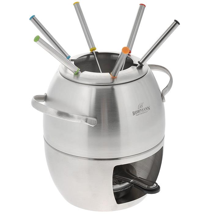 Набор для фондю Bohmann, 10 предметов. 8469BH8469BHNEWНабор для фондю Bohmann, рассчитанный на 6 персон, состоит из чаши, 6 вилок, кольца-держателя для вилок, стенда-подставки и горелки. Предметы набора изготовлены из высококачественной нержавеющей стали.Чаша, наполненная продуктами, будет постепенно нагреваться от горелки, и продукты будут растапливаться. Заслонка на горелку позволяет регулировать интенсивность пламени. Для удобства в обращении на кастрюлю надевается крышка с выемками для вилок. Ручки вилок промаркированы цветными пластиковыми вставками. Предметы набора устанавливаются на стенд-подставку для лучшей устойчивости. Отличный вариант для приготовления фондю из сыров, потрясающих десертов и для приготовления мяса, например куриного и креветок в восхитительных бульонах и соусах. Можно мыть в посудомоечной машине. Обычай приглашать на фондю (от французского fondre - растапливать) пришел из Швейцарии. Зимой в занесенных снегом домах альпийские фермеры готовили из того, что было у них под рукой, в основном из подсохшего хлеба и сыра. В наши дни фондю имеет много вариантов, когда, кроме хлеба, подают кубики мяса, овощей или рыбы, а вместо сыра используют масло. Традиционно фондю устраивают вечером и приглашают небольшое количество гостей, которых рассаживают за столом, в центре которого располагается фондюшница.