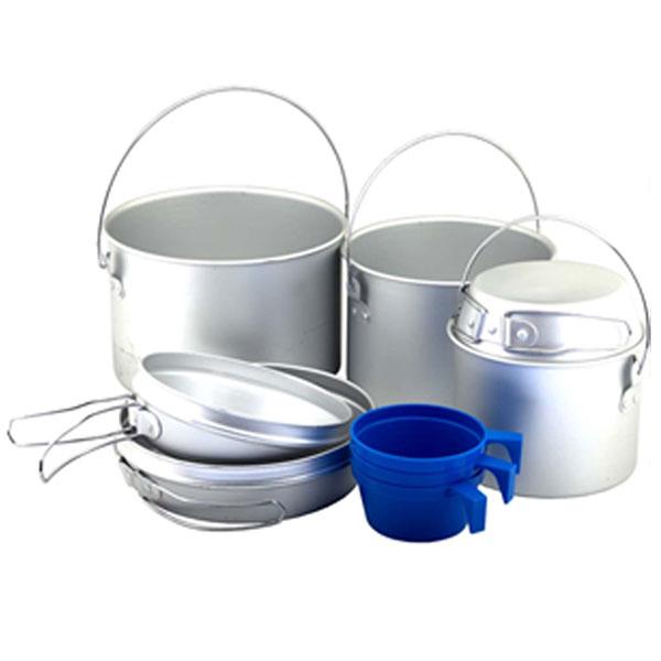 Набор походной посуды Nova Tour A096, 9 предметов95032-000-00Простой и легкий набор Nova Tour, выполненный из алюминия, состоит из 3 котелков, 3 сковородок, которые могут использоваться как крышки котелков и 3 пластиковых чашек.В котелках можно готовить пищу как на горелке, так и на костре.Все предметы, при транспортировке, убираются друг в друга.Объемы котелков: 2,8 л; 1,9 л; 0,9л. Объемы чашек: 220 мл.