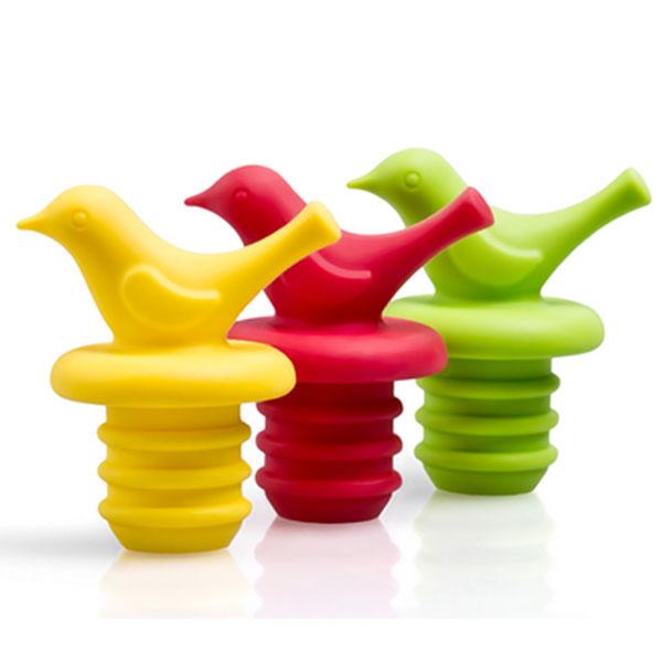 Набор пробок для бутылок Apollo Pico, 3 штPCO-03Набор Apollo Pico состоит из трех пробок для бутылок. Пробки выполнены из силикона, имеют удобный механизм ввинчивания благодаря наличию эластичной резьбы. Пробки идеально подойдут для закрытия стеклянных винных бутылок и станут нужным аксессуаром на вашей кухне. Длина пробки: 4,5 см.Длина рабочей части пробки: 2 см.Диаметр пробки по верхнему краю: 1,5 см.Диаметр пробки по нижнему краю: 1 см.