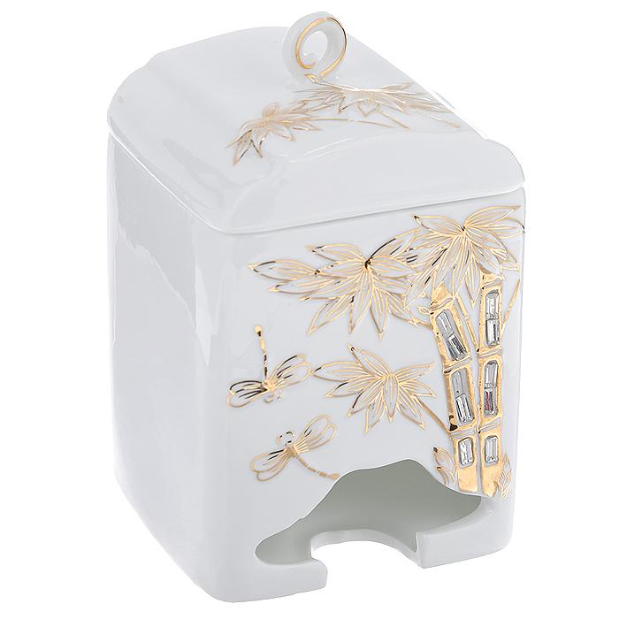 Банка-домик для чайных пакетиков Золотые пальмы. 595-372308888Банка-домик для чайных пакетиков Золотые пальмы изготовлена из высококачественного фарфора белого цвета. Крышка и корпус банки декорированы стразами и рельефом, покрытым золотистой эмалью. Элегантная банка-домик для чайных пакетиков Золотые пальмы идеально подойдет для сервировки стола и станет отличным подарком к любому празднику.Банка упакована в подарочную коробку. Характеристики:Материал: фарфор. Высота банки (без учета крышки): 14 см. Размер банки: 8,5 см х 8,5 см.