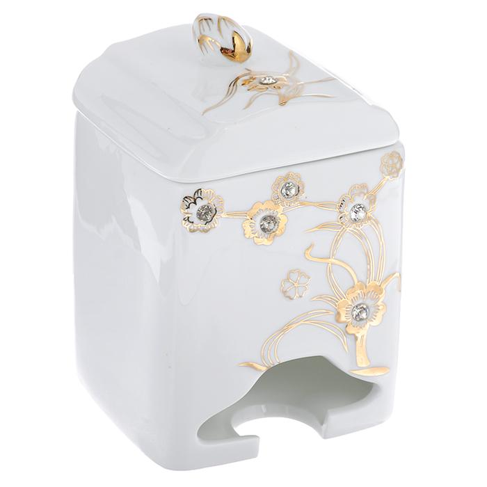 Банка-домик для чайных пакетиков Золотое дерево. 595-370115510Банка-домик для чайных пакетиков Золоте дерево изготовлена из высококачественного фарфора белого цвета. Крышка и корпус банки декорированы стразами и рельефом, покрытым золотистой эмалью. Ручка крышки выполнена в виде бутона цветка.Элегантная банка-домик для чайных пакетиков Золотое дерево идеально подойдет для сервировки стола и станет отличным подарком к любому празднику.Банка упакована в подарочную коробку. Характеристики:Материал: фарфор. Высота банки (без учета крышки): 14 см. Размер банки: 8,5 см х 8,5 см.