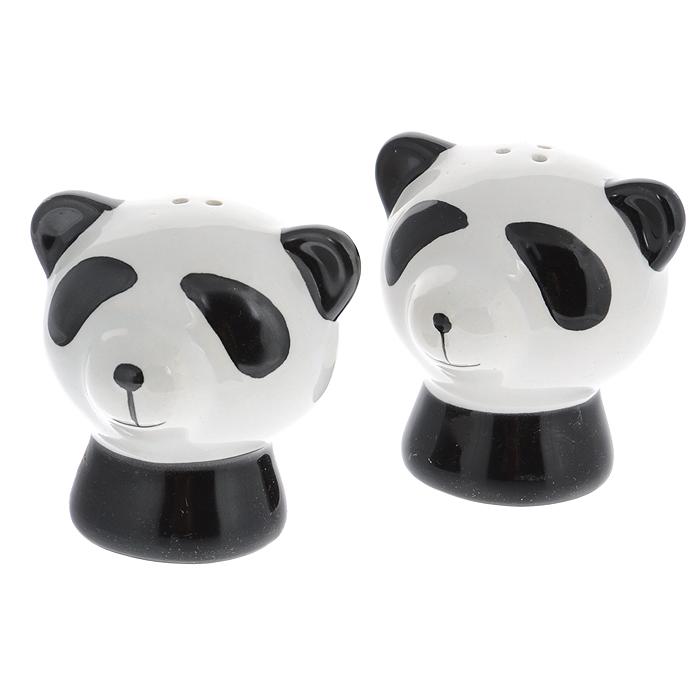 Набор для специй Идея Панда, 2 предмета, цвет: черный, белый650310Набор для специй Идея Панда, состоящий из солонки и перечницы, выполнен из керамики в виде милых панд. Благодаря своим небольшим размерам набор не займет много места на вашей кухне. Емкости легки в использовании: стоит только перевернуть их, и вы с легкостью сможете добавить соль и перец по вкусу в любое блюдо. Дизайн, эстетичность и функциональность набора Идея Панда позволят ему стать достойным дополнением к кухонному инвентарю. Не рекомендуется мыть в посудомоечной машине. Характеристики:Материал: керамика, пластик. Размер емкости:6 см х 6 см х 6 см.