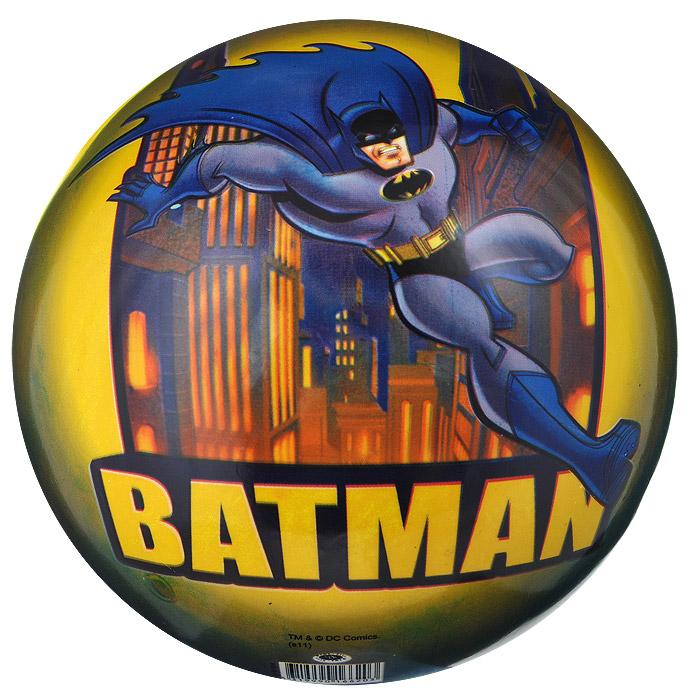 """Яркий детский мяч Dema-still """"Бэтмен"""" - это игрушка для детей любого возраста. Он выполнен из ПВХ ярких цветов и оформлен изображением супергероя мультсериала """"Бэтмен"""". Мяч незаменим для любителей подвижных игр и активного отдыха, также он подходит для игр на воде. Игры с мячом развивают координацию движений, мелкую моторику рук и способствуют физическому развитию ребенка. УВАЖАЕМЫЕ КЛИЕНТЫ! Просим вас обратить внимание на тот факт, что мяч поставляется в сдутом виде и надувается при помощи насоса (насос не входит в комплект)."""