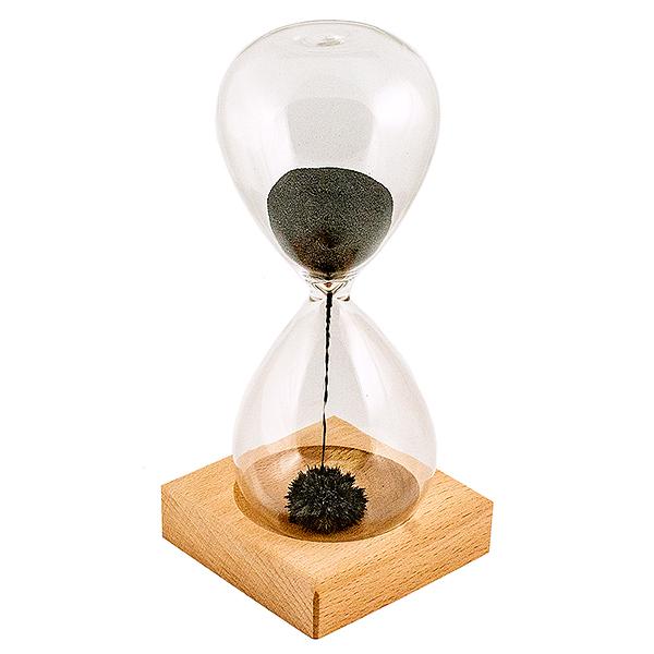 """Часы песочные Завораживающая иллюзия. 95219300250_Россия, коричневыйОригинальные песочные часы Завораживающая иллюзия удивят и привлекут к себе внимание каждого. Внутрь стеклянной колбы помещен порошок из железа. На деревянной подставке под часами расположен магнит. При переворачивании часов железный """"песок"""" начинает притягиваться магнитом, создавая при этом причудливые формы. Часы необычного дизайна великолепно оформят интерьер и станут отличным сувениром для ценителей всего неординарного. Цикл песочных часов: 1 мин."""