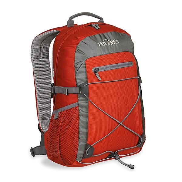 Городской рюкзак Tatonka Flying Fox, цвет: красный, 19 л. 1685.088MW-1462-01-SR серебристыйОригинальный городской рюкзак. Благодаря S-образным лямкам, обтянутым сеточкой AirMesh, регулируемому нагрудному ремню и съемному поясному, рюкзак отлично фиксируется на спине даже при интенсивном движении. Боковые стяжки надежно фиксируют содержимое рюкзака, а спинка, покрытая AirMesh, хорошо проветривается, обеспечивания комфортное ношение. Зигзагообразная эластичная шнуровка, боковые сетчатые карманы, передний карман на молнии Thrmo Fusion и вертикальный карман на молнии предоставляю дополнительное место для хранения и фиксации необходимых вещей. Светоотражающая полоска отлична видна в темноте. Особенности:S-образные лямки с покрытием AirMesh.Подвеска Padded Back.Спинка с покрытием AirMesh.Нагрудный ремень.Съемный поясной ремень.Эластичная шнуровка.Передний карман на молнии.Эластичные боковые карманы.Боковые стяжки.Ручка для переноски.Светоотражающая окантовка.Держатель ключей.
