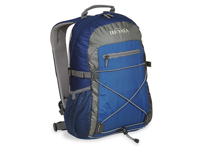 Городской рюкзак Tatonka Flying Fox, цвет: синий, 19 л. 1685.065MW-1462-01-SR серебристыйОригинальный городской рюкзак. Благодаря S-образным лямкам, обтянутым сеточкой AirMesh, регулируемому нагрудному ремню и съемному поясному, рюкзак отлично фиксируется на спине даже при интенсивном движении. Боковые стяжки надежно фиксируют содержимое рюкзака, а спинка, покрытая AirMesh, хорошо проветривается, обеспечивания комфортное ношение. Зигзагообразная эластичная шнуровка, боковые сетчатые карманы, передний карман на молнии Thrmo Fusion и вертикальный карман на молнии предоставляю дополнительное место для хранения и фиксации необходимых вещей. Светоотражающая полоска отлична видна в темноте. Особенности:S-образные лямки с покрытием AirMesh.Подвеска Padded Back.Спинка с покрытием AirMesh.Нагрудный ремень.Съемный поясной ремень.Эластичная шнуровка.Передний карман на молнии.Эластичные боковые карманы.Боковые стяжки.Ручка для переноски.Светоотражающая окантовка.Держатель ключей.