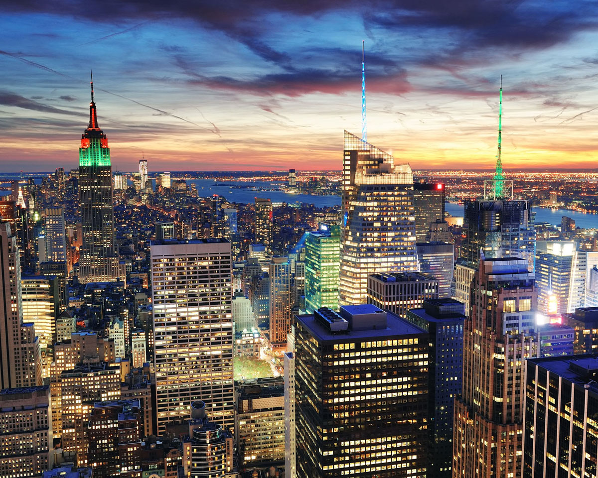 Картина на стекле Postermarket Город, 50 см х 40 см0410-15-22Картина на стекле Postermarket - это новое слово в оформлении интерьера. Изделие выполнено из закаленного стекла, что обеспечивает устойчивость к внешним воздействиям, защиту от влаги и долговечность. Картина оформлена красочным изображением вечернего города. С задней стороны имеется петелька для подвешивания к стене. Стильный, современный дизайн, а также яркие и насыщенные цвета сделают эту картину прекрасным дополнением интерьера комнаты.