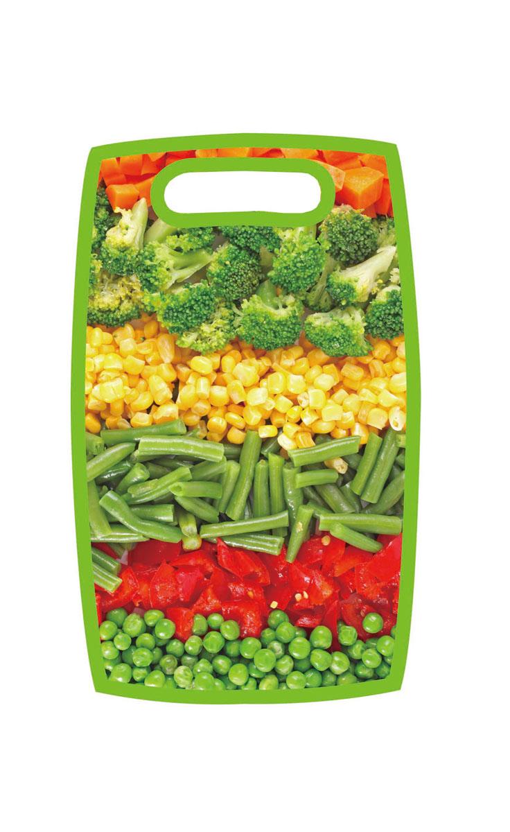 Доска разделочная Hausmann Овощи, 31 х 19,5 х 1 см115510Разделочная доска Hausmann Овощи, изготовленная из высококачественного пищевого пластика, займет достойное место среди аксессуаров на вашей кухне. Лицевая сторона изделия украшена изображением овощного ассорти. Доска оснащена удобной ручкой.Доска Hausmann Овощи прекрасно подойдет для нарезки любых продуктов. Она устойчива к деформации, не разрушается, легко моется.