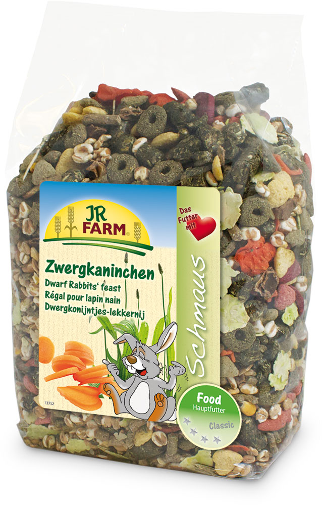 Корм для карликовых кроликов JR Farm Classic, 1,2 кг0120710Смесь JR Farm Classic является натуральным полноценным кормом для всех карликовых кроликов. Высокое содержание клетчатки и низкий процент зерна поддерживает здоровое пищеварение и способствует снижению вероятности набора лишнего веса. С большим количеством овощей, витаминов и минералов для здорового образа жизни, полной сил!Рекомендации по кормлению: просто пополняйте кормушку, когда она становится пустой. Пожалуйста, давайте животному такое количество еды, которое он съедает в течение 24 часов.Состав: зерновая мука, пшеница, тимофеевка, ежа луговая, мятлик луговой, травяная мука, хлопья гороха, рожковое дерево, подорожник 3,9%, красный клевер, овсяница луговая, манжетка, кукуруза, воздушная пшеница, хлопья пшеницы, морковь 2%, хлопья бобовых, пшеничные отруби, экстракт подсолнечника, мята, овес, ростки солода. Основной анализ: протеин 13,8%, жиры 4,7%, клетчатка 10,7%, зола 6,3%. Содержание витаминов на кг: витамин А 10000 МЕ, Витамин D 1000 МЕ, Витамин Е 25 мг, Витамин С 250 мг.Товар сертифицирован.