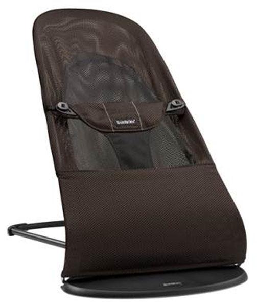 """Кресло-шезлонг Babybjorn """"Balance Soft"""" сконструировано так, чтобы вашему ребенку было комфортно и удобно. Используя кресло-шезлонг Babybjorn """"Balance Soft"""", вы можете быть уверены в правильной поддержке спины и головы ребенка. Интегрированное тканевое сиденье принимает форму тела, равномерно распределяя вес. Это обеспечивает хорошую поддержку, которая особенно важна для маленьких детей, чьи мышцы еще полностью не сформировались. Кресло-шезлонг Babybjorn """"Balance Soft"""" имеет три положения пользования: для игры, отдыха и сна. Спокойное и естественное качание в кресле-шезлонге тренирует моторику и баланс ребенка. Рекомендуется педиатрами. Собственные движения ребенка приводят к раскачиванию кресла-шезлонга. Батарейки не требуются, так как ребенок сам задает темп. Это одновременно и веселит, и успокаивает. Использование с новорожденного возраста и до 2-х лет (3,5-12 кг). Чехол из 100% хлопка легко снимается и стирается в машине при 40°С. Кроме того, оно компактно складывается в положение..."""