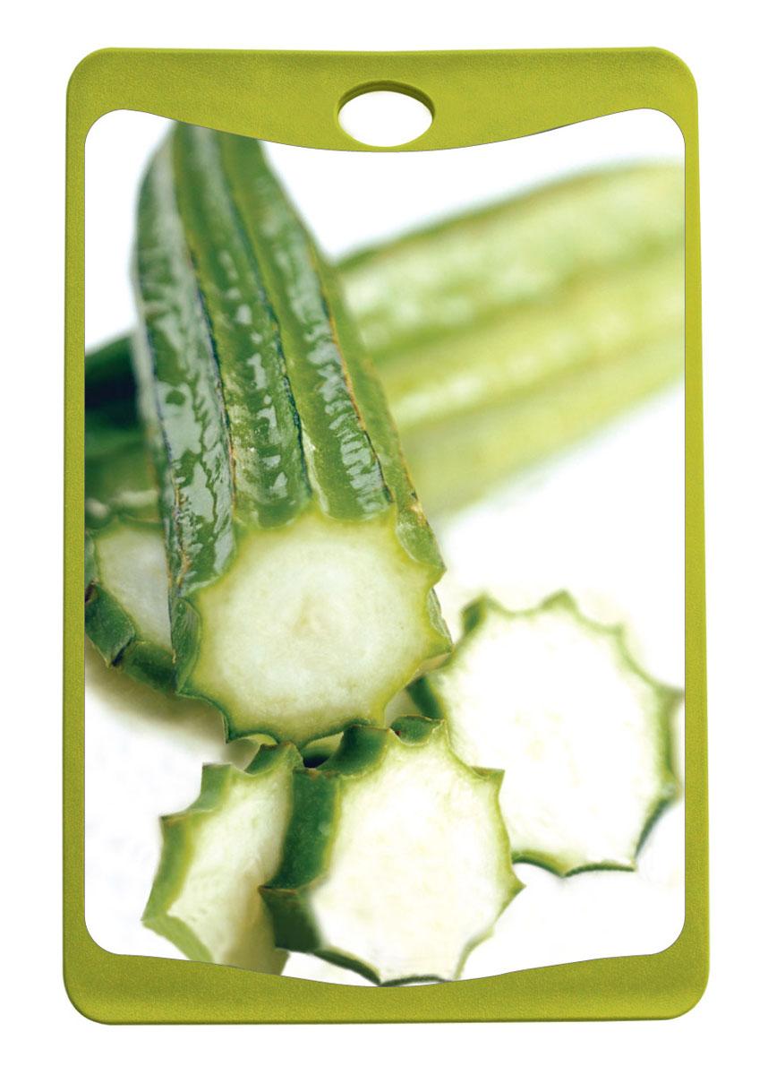 Доска разделочная Frybest Огурец, цвет: зеленый, 14 см х 20,3 см68/5/4Разделочная доска Frybest Огурец представляет собой комбинацию нескольких материалов: дерево, пластик и силикон. Материалы непористые, что предотвращает впитывание запаха. Доска имеет специальное антибактериальное покрытие, защищающее поверхность от появления бактерий. Доску можно использовать с двух сторон. Лицевая сторона оформлена красочным изображением огурцов. Углубления по краю доски соберут весь сок и поверхность стола останется чистой. Благодаря силиконовой вставке по краю, доска не скользит по поверхности. Можно мыть в посудомоечной машине.
