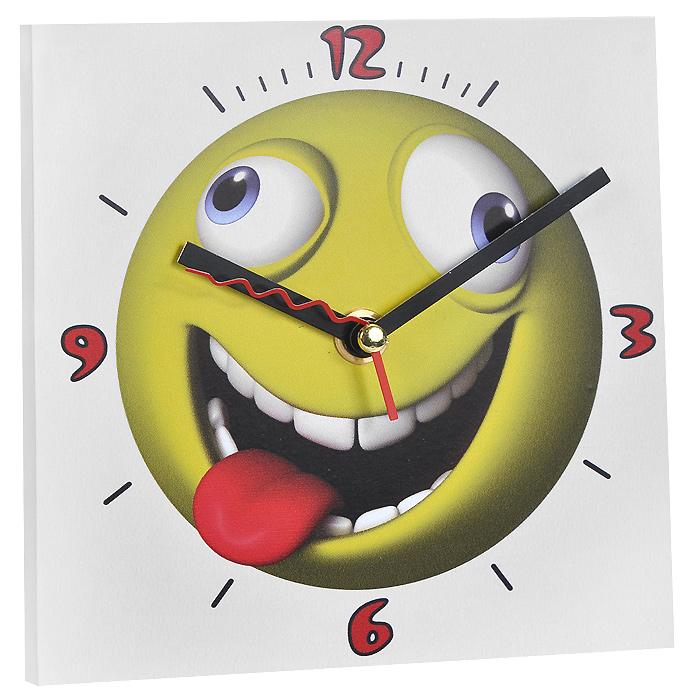 Часы настенные Смайлик с языком. 9583494672Настенные кварцевые часы Смайлик с языком изготовлены из МДФ. Корпус часов квадратной формы декорирован забавным изображением смайлика. Циферблат с отметками и арабскими цифрами имеет три стрелки - часовую, минутную и секундную. С задней стороны - ножка для размещения на столе и металлическая петля для подвешивания на стену. Часы необычного дизайна великолепно оформят интерьер.