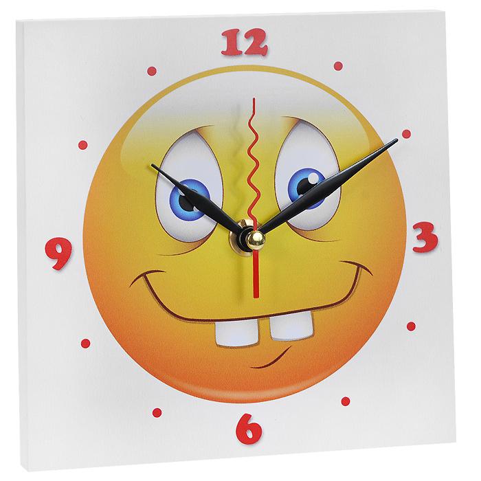Часы настенные Смайлик Зубастик. 95835652512Настенные кварцевые часы Смайлик Зубастик изготовлены из МДФ. Корпус часов квадратной формы декорирован забавным изображением смайлика. Циферблат с отметками и арабскими цифрами имеет три стрелки - часовую, минутную и секундную. С задней стороны - ножка для размещения на столе и металлическая петля для подвешивания на стену. Часы необычного дизайна великолепно оформят интерьер.