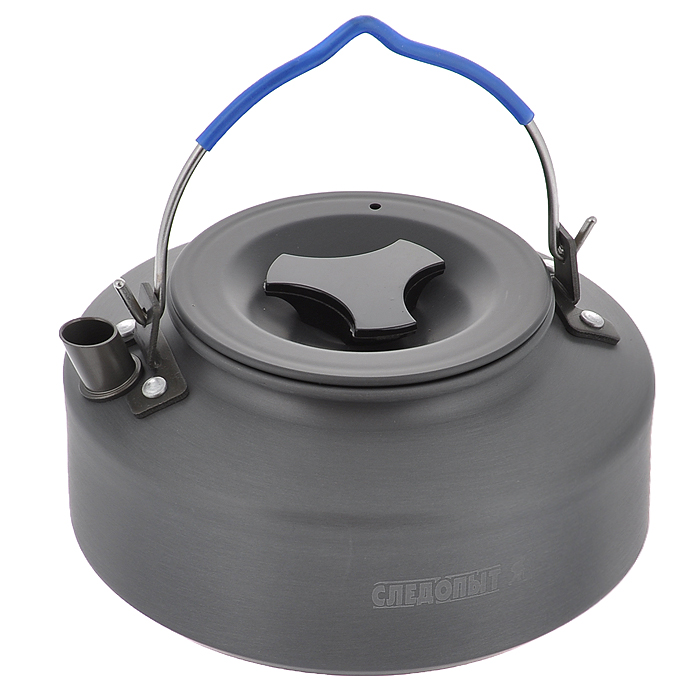 Чайник костровой Следопыт, походный, 1 лPF-CWS-P05МПоходный костровой чайник Следопыт изготовлен методом холодной штамповки из пищевого алюминия с анодированным покрытием, полностью адаптирован к использованию в условиях походов и путешествий и может использоваться как для приготовления пищи на плитах, так и на костре, используя треногу. Чайник предназначен для подогрева и кипячения воды, заваривания чая или приготовления различных напитков (отвары, компоты и много другое) для небольшой группы людей во время загородных путешествий, на рыбалке, охоте или на кемпинге. Чайник спроектирован таким образом, чтобы обеспечить большую вместимость, компактность и легкость.Чайник Следопыт можно использовать с различным газовым или жидко-топливным оборудованием.Материал: пищевой алюминий с анодированным покрытием.