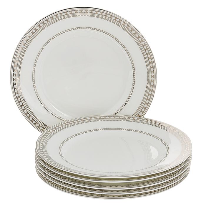 Набор десертных тарелок Esprado Geometria, диаметр 20 см, 6 штFS-91909Набор Esprado Geometria состоит из шести десертных тарелок, выполненных из костяного фарфора. Основная составляющая костяного фарфора - костная зола и каолин. От содержания костной золы зависит белизна и прозрачность фарфора, который может содержать до 50% костяной золы. Родина костной золы, из которой производится посуда Esprado, - Великобритания, славящаяся сырьем высокого качества. Каолин, белая глина на основе природного минерала, поступает из Новой Зеландии, одного из наиболее экологически чистых регионов мира. Такое сочетание обеспечивает высокое качество материала и безупречный оттенок слоновой кости.В костяном фарфоре отсутствуют примеси кадмия и свинца, а потому он абсолютно нетоксичен и безопасен. Экологическая глазурь из Японии, высоко ценящаяся во всем мире, которой покрывается готовое изделие, позволяет добиться идеально ровного цвета и кристального блеска. При декорировании использованы драгоценные металлы, в том числе платина и золото. Изделия серии Geometria украшены платиновой деколью. Посуда имеет классическую форму с бортиками.Посуда из фарфора Esprado прочна и устойчива к истиранию: царапины от ножа и сеточки трещин не появятся на ней даже через несколько лет. Геометрические фигуры, являясь идеальными объектами, нашли свое наглядное воплощение в коллекции столовой посуды из костяного фарфора Geometria. На ее создание дизайнеров Esprado вдохновила испанская мода эпохи Возрождения, отличающаяся сильным влиянием геометрических форм. По мотивам гофрированных воротников - горгера, распространенных в то время, они разработали оригинальный рисунок, обрамляющий края. Особенный блеск коллекции придает платиновая деколь.Запрещается использовать в микроволновой печи, мыть в посудомоечной машине и использовать абразивные моющие средства.