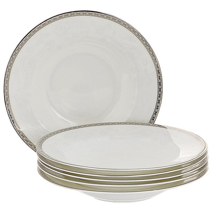 Набор суповых тарелок Esprado Arista White, диаметр 23 см, 6 шт11390Набор Esprado Arista White состоит из шести суповых тарелок, выполненных из костяного фарфора. Основная составляющая костяного фарфора - костная зола и каолин. От содержания костной золы зависит белизна и прозрачность фарфора, который может содержать до 50% костяной золы. Родина костной золы, из которой производится посуда Esprado, - Великобритания, славящаяся сырьем высокого качества. Каолин, белая глина на основе природного минерала, поступает из Новой Зеландии, одного из наиболее экологически чистых регионов мира. Такое сочетание обеспечивает высокое качество материала и безупречный оттенок слоновой кости.В костяном фарфоре отсутствуют примеси кадмия и свинца, а потому он абсолютно нетоксичен и безопасен. Экологическая глазурь из Японии, высоко ценящаяся во всем мире, которой покрывается готовое изделие, позволяет добиться идеально ровного цвета и кристального блеска. При декорировании использованы драгоценные металлы, в том числе платина и золото. Изделия серии Arista White украшены платиновой деколью. Посуда имеет классическую форму с бортиками.Посуда из фарфора Esprado прочна и устойчива к истиранию: царапины от ножа и сеточки трещин не появятся на ней даже через несколько лет. Серия Arista названа в честь первой правящей династии королевства Наварра - современной провинции Наварра в Северной Испании и Атлантических Пиренеев в современной Южной Франции. Аристократическая роскошь и непринужденная элегантность отличает каждый предмет коллекции. Белый цвет тождественен солнечному свету, а свет - это божество, благо, жизнь, полнота бытия. Белизна также является символом высокого общественного положения - благородства, величия, благосостояния. Столовая посуда Arista White, выполненная в ослепительном белом цвете и дополненная изящным платиновым декором, - идеальный выбор для создания атмосферы аристократического приема за вашим столом.Запрещается использовать в микроволновой печи, мыть в посудомоеч