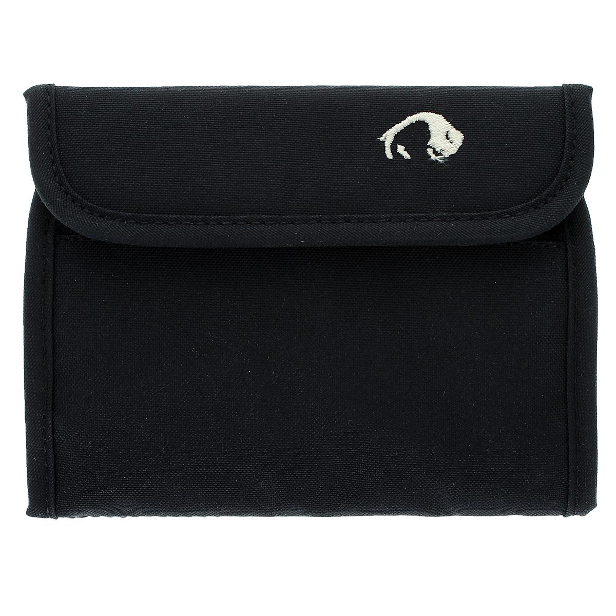 Кошелек Tatonka Euro Wallet, цвет: черныйMABLSEH10001Кошелек Tatonka Euro Wallet сделан специально для купюр евро, такой кошелек послужит вам своей надежностью и функциональностью. Кошелек закрывается на липучку. Внутри состоит из двух отделений для купюр, одно из которых на застежке-молнии, также включает четыре кармашка для кредитных карт, прозрачное пластиковое окошко и потайной кармашек. Наружное отделение на застежке-молнии для мелочи или ключей. Оригинальный кошелек - неотъемлемый атрибут любого, он является повседневнымпредметом пользования, и призван подчеркнутьстиль и вкус его обладателя.