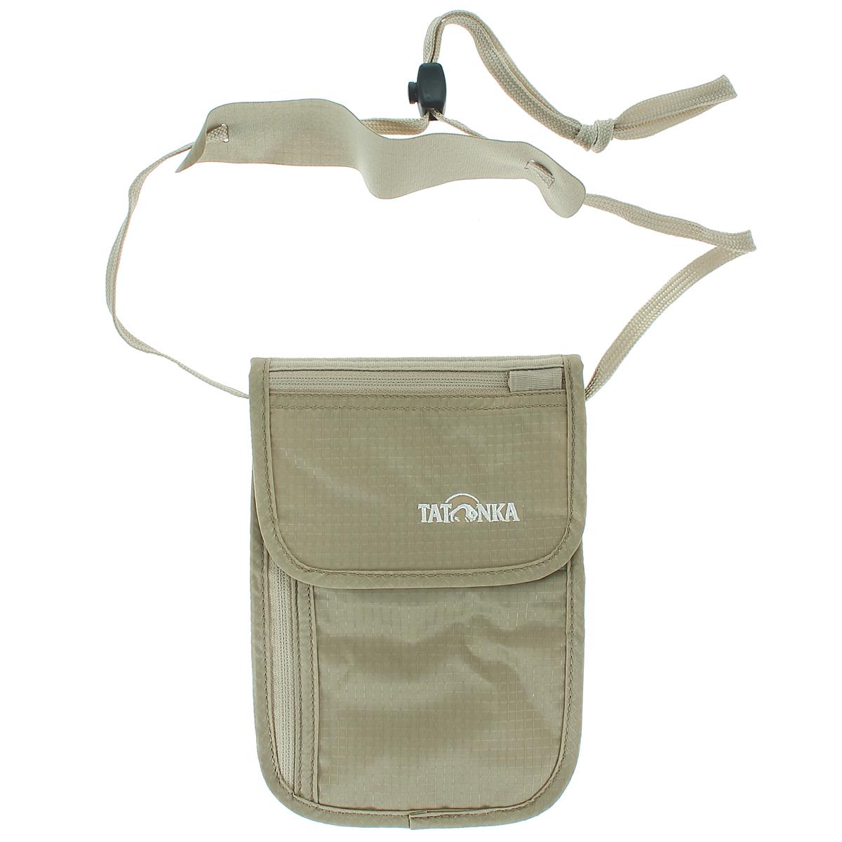 Кошелек шейный Tatonka Skin Neck Pouch, потайной, цвет: бежевыйГризлиПотайной кошелек Tatonka Skin Neck Pouch носится на шее. Этот кошелек с клапаном на липучке внутри имеет глубокое отделение, большой карман на застежке-молнии и два маленьких кармашка. На клапане имеется небольшой кармашек на застежке-молнии. С обратной стороны для большего комфорта изделие дополнено мягкой тканью. Кошелек крепится на шее при помощи шнурка со стоппером и комфортной подкладкой. Материал: 210 T Nylon Ripstop.