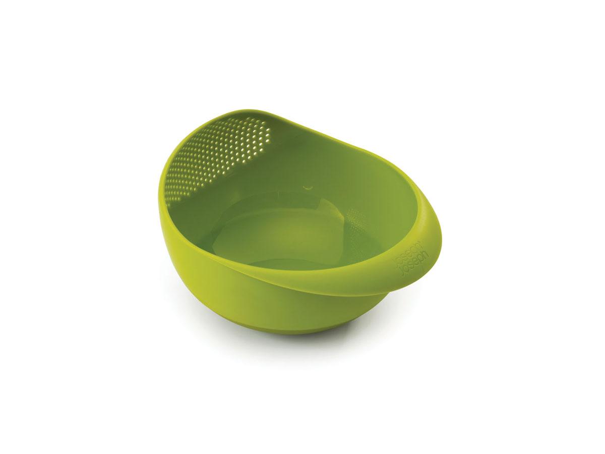 Миска-дуршлаг Joseph Joseph Prep&Serve, цвет: зеленый, диаметр 24,5 см115510Миска-дуршлаг Joseph Joseph Prep&Serve, изготовленная из высококачественного пищевого пластика, сочетает в себе функции миски для продуктов, дуршлага и сервировочного блюда. Достаточно слегка наклонить миску, и вся вода благополучно окажется в раковине. Изделие идеально для приготовления и сервировки салатов и фруктов, а также для промывания риса и других круп перед приготовлением. Миска оснащена ручкой и прорезиненным дном. Можно мыть в посудомоечной машине.