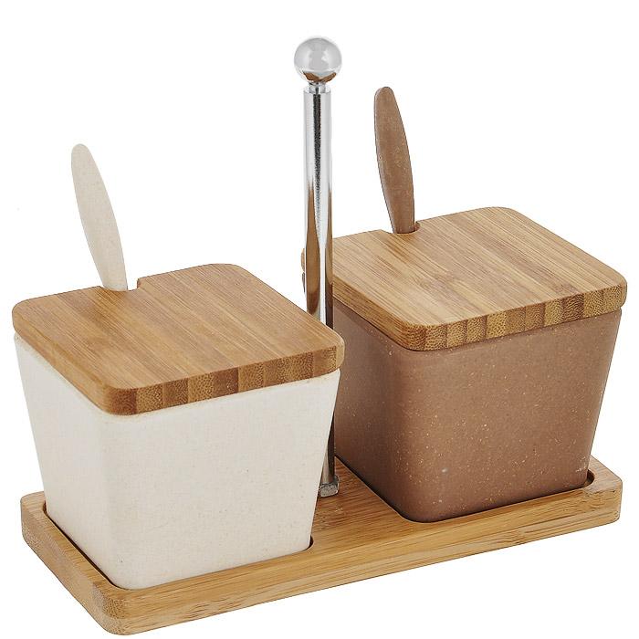 Набор для специй Frybest Bamboo, сервировочный, 5 предметовSC-FD421005Набор для специй Frybest Bamboo состоит из двух квадратных контейнеров для сыпучих продуктов, двух ложечек и деревянной подставки. Изделия выполнены из бамбукового волокна - экологически чистого материала, который не содержит примесей и токсинов, что важно для здоровья человека. Кроме того, это биоразлагаемый материал, который не вредит окружающей среде. Набор контейнеров на подставке - это оптимальный и компактный вариант для хранения сахара и соли, варенья и меда, специй. Изделия оснащены деревянными крышками с выемками для ложек. Ложечки также выполнены из бамбука. Контейнеры размещаются на удобной прямоугольной деревянной подставке с металлической ручкой.Размер контейнера (по верхнему краю): 7,5 см х 7,5 см.Высота (с учетом крышки): 7 см.Длина ложки: 11,5 см.Размер подставки: 17 см х 7,5 см.