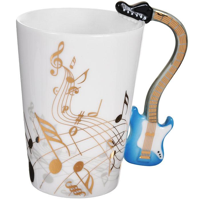 Кружка Музыкальные инструменты. 95469115510Кружка Музыкальные инструменты, выполненная из высококачественной керамики, станет отличным подарком для человека, ценящего забавные и практичные вещи. Кружка оформлена изображением нот, а также фигурной ручкой, изготовленной в виде электрогитары. Такой подарок станет не только приятным, но и практичным сувениром: кружка станет незаменимым атрибутом чаепития, а оригинальный дизайн вызовет улыбку.Изделие упаковано в подарочную коробку.