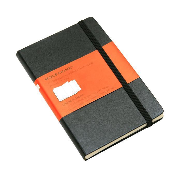 """Записная книжка с 60 нелинованными листами бумаги. Неповторимые черты записной книжки Молескин: Удобная эластичная застежка; Прочная влагозащитная обложка; Прошитый нитками переплет; Практичные скругленные углы; Не желтеющие со временем страницы; Быстро впитывающая чернила бумага; Функциональная лента-закладка; Вместительный внутренний кармашек. Записная книжка Moleskine занимает 17 место среди 999 самых значимых предметов дизайна, созданных в мире за последние 200 лет. (Издание """"Phaidon Design Classics"""", Великобритания, 2009)."""