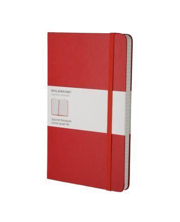 """Записная книжка в твердой обложке содержит 192 страницы в клетку Неповторимые черты записной книжки Молескин: Удобная эластичная застежка; Прочная влагозащитная обложка; Прошитый нитками переплет; Практичные скругленные углы; Не желтеющие со временем страницы; Быстро впитывающая чернила бумага; Функциональная лента-закладка; Вместительный внутренний кармашек. Записная книжка Moleskine занимает 17 место среди 999 самых значимых предметов дизайна, созданных в мире за последние 200 лет. (Издание """"Phaidon Design Classics"""", Великобритания, 2009)."""