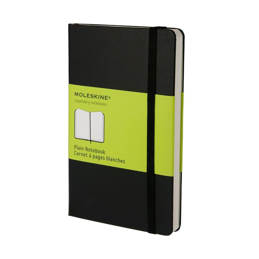 Блокнот Moleskine Moleskine Classic Classic (нелинованная) Pocket черный72523WDЗаписная книжка в твердой обложке содержит 192 нелинованные страницы. Неповторимые черты записной книжки Молескин: Удобная эластичная застежка;Прочная влагозащитная обложка;Прошитый нитками переплет;Практичные скругленные углы;Не желтеющие со временем страницы;Быстро впитывающая чернила бумага;Функциональная лента-закладка;Вместительный внутренний кармашек. Характеристики: Цвет: черный. Размер: 9 см х 14 см x 1,3 см. Материал: бумага, влагостойкий синтетический материал. Moleskine Молескин - легендарная записная книжка, которой уже два столетия отдает дань любви и уважения европейская творческая интеллигенция: писатели, журналисты, художники, дизайнеры, архитекторы, актеры и музыканты. Среди знаменитых поклонников Moleskine - Эрнест Хемингуэй и Пабло Пикассо, Брюс Чатвин и Луис Сепульведа, Винсент Ван Гог и Анри Матисс, Жан-Поль Сартр и Гийом Апполлинер, Оскар Уайльд и Гертруда Стайн. Множество ярких идей и набросков были до времени скрыты этим тайным помощником, чтобы однажды найти свое воплощение в великих книгах и гениальных полотнах. Сегодня записная книжка Moleskine - это не только символ утонченного вкуса и изысканного стиля, но и частичка прекрасной легенды, бережно сохраняемая каждым из ее обладателей. Королем сюжета называют Moleskine, так как эта записная книжка любима режиссерами и сценаристами. Универсальный внешний вид Moleskineотлично вписывается и в костюмированный исторический антураж и в современный быт XXI века. Культовую записную книжку легко узнать в таких популярных фильмах, как Амели, Магнолия, Сокровище нации, Талантливый мистер Рипли, Дьявол носит Prada, Давайте потанцуем, Индиана Джонс, Хроники Конан Дойла и многих других. И каждый раз книжкаMoleskineоказывается в руках людей неординарных.
