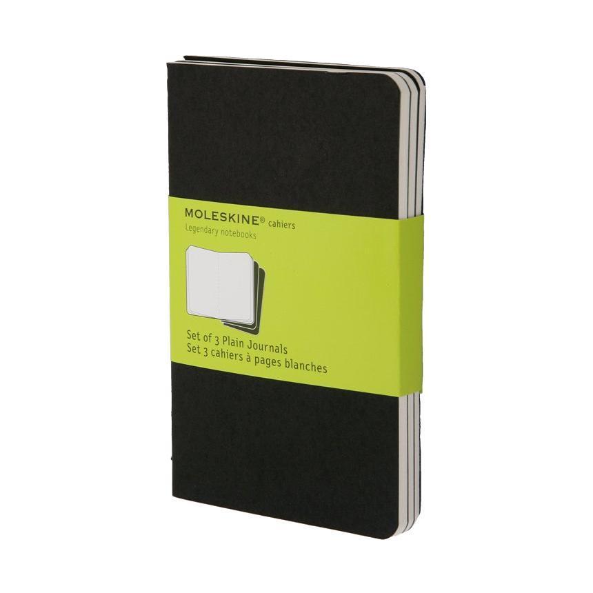 Блокнот Moleskine Cahier (нелинованная) Pocket черная 3 шт385281Набор их 3-х тонких блокнотов pocket с нелинованной бумагой. Блокноты Cashier от Moleskine отличаются гибкой и прочной картонной обложкой черного цвета и хорошо заметной прошивкой на корешке. Последние 16 листов с перфорацией для легкого отрыва. Есть карман для заметок. В каждый набор из 3 штук вложена карточка с историей Moleskine.Moleskine (Молескин) - легендарная записная книжка, которой уже два столетия отдает дань любви и уважения европейская творческая интеллигенция: писатели, журналисты, художники, дизайнеры, архитекторы, актеры и музыканты. Среди знаменитых поклонников Moleskine - Эрнест Хемингуэй и Пабло Пикассо, Брюс Чатвин и Луис Сепульведа, Винсент Ван Гог и Анри Матисс, Жан-Поль Сартр и Гийом Апполлинер, Оскар Уайльд и Гертруда Стайн. Множество ярких идей и набросков были до времени скрыты этим тайным помощником, чтобы однажды найти свое воплощение в великих книгах и гениальных полотнах. Сегодня записная книжка Moleskine - это не только символ утонченного вкуса и изысканного стиля, но и частичка прекрасной легенды, бережно сохраняемая каждым из ее обладателей. Королем сюжета называют Moleskine, так как эта записная книжка любима режиссерами и сценаристами. Универсальный внешний вид Moleskineотлично вписывается и в костюмированный исторический антураж и в современный быт XXI века. Культовую записную книжку легко узнать в таких популярных фильмах, как Амели, Магнолия, Сокровище нации, Талантливый мистер Рипли, Дьявол носит Prada, Давайте потанцуем, Индиана Джонс, Хроники Конан Дойла и многих других. И каждый раз книжкаMoleskineоказывается в руках людей неординарных.