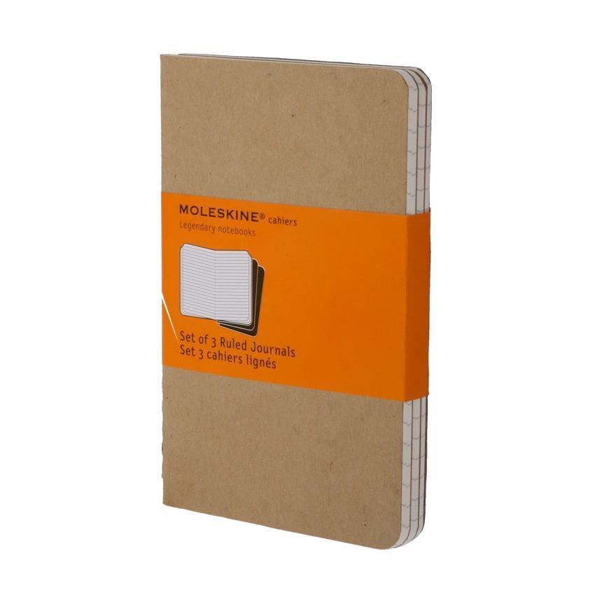 Блокнот Moleskine Cahier (в линейку) Large бежевая 3 шт385313Записная книжка в картонной обложке без пропитки содержит 80 страниц в линейку. Неповторимые черты записной книжки Молескин: Прошитый нитками переплет;Практичные скругленные углы;Не желтеющие со временем страницы;Последние 16 листов с перфорацией для отрыва;Быстро впитывающая чернила бумага;Вместительный внутренний кармашек для документов. Записная книжка Moleskine занимает 17 место среди 999 самых значимых предметов дизайна, созданных в мире за последние 200 лет. (Издание Phaidon Design Classics, Великобритания, 2009). Характеристики:Материал: бумага, картон. Цвет: бежевый. Размер: 13 см х 21 см. Изготовитель: Вьетнам. Moleskine (Молескин) - легендарная записная книжка, которой уже два столетия отдает дань любви и уважения европейская творческая интеллигенция: писатели, журналисты, художники, дизайнеры, архитекторы, актеры и музыканты. Среди знаменитых поклонников Moleskine - Эрнест Хемингуэй и Пабло Пикассо, Брюс Чатвин и Луис Сепульведа, Винсент Ван Гог и Анри Матисс, Жан-Поль Сартр и Гийом Апполлинер, Оскар Уайльд и Гертруда Стайн. Множество ярких идей и набросков были до времени скрыты этим тайным помощником, чтобы однажды найти свое воплощение в великих книгах и гениальных полотнах. Сегодня записная книжка Moleskine - это не только символ утонченного вкуса и изысканного стиля, но и частичка прекрасной легенды, бережно сохраняемая каждым из ее обладателей. Королем сюжета называют Moleskine, так как эта записная книжка любима режиссерами и сценаристами. Универсальный внешний вид Moleskineотлично вписывается и в костюмированный исторический антураж и в современный быт XXI века. Культовую записную книжку легко узнать в таких популярных фильмах, как Амели, Магнолия, Сокровище нации, Талантливый мистер Рипли, Дьявол носит Prada, Давайте потанцуем, Индиана Джонс, Хроники Конан Дойла и многих других. И каждый раз книжкаMoleskineоказывается в руках людей неординарных.