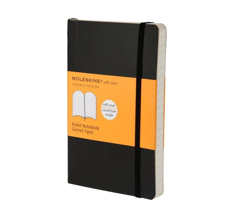 Блокнот Moleskine Moleskine Classic Classic Soft (в линейку) Pocket черный0703415Эргономичный блокнот размера pocket в линейку в мягкой, но прочной обложке легко помещается в карман. Он станет надежным спутником в путешествии и идеально подойдет для записи мыслей и заметок. Этот продукт выполнен в шитом переплете с мягкой обложкой со закругленными углами, закладкой, эластичной застежкой и вместительным внутренним карманом, куда вложена карточка с историей Moleskine. Moleskine (Молескин) - легендарная записная книжка, которой уже два столетия отдает дань любви и уважения европейская творческая интеллигенция: писатели, журналисты, художники, дизайнеры, архитекторы, актеры и музыканты. Среди знаменитых поклонников Moleskine - Эрнест Хемингуэй и Пабло Пикассо, Брюс Чатвин и Луис Сепульведа, Винсент Ван Гог и Анри Матисс, Жан-Поль Сартр и Гийом Апполлинер, Оскар Уайльд и Гертруда Стайн. Множество ярких идей и набросков были до времени скрыты этим тайным помощником, чтобы однажды найти свое воплощение в великих книгах и гениальных полотнах. Сегодня записная книжка Moleskine - это не только символ утонченного вкуса и изысканного стиля, но и частичка прекрасной легенды, бережно сохраняемая каждым из ее обладателей. Королем сюжета называют Moleskine, так как эта записная книжка любима режиссерами и сценаристами. Универсальный внешний вид Moleskineотлично вписывается и в костюмированный исторический антураж и в современный быт XXI века. Культовую записную книжку легко узнать в таких популярных фильмах, как Амели, Магнолия, Сокровище нации, Талантливый мистер Рипли, Дьявол носит Prada, Давайте потанцуем, Индиана Джонс, Хроники Конан Дойла и многих других. И каждый раз книжкаMoleskineоказывается в руках людей неординарных.
