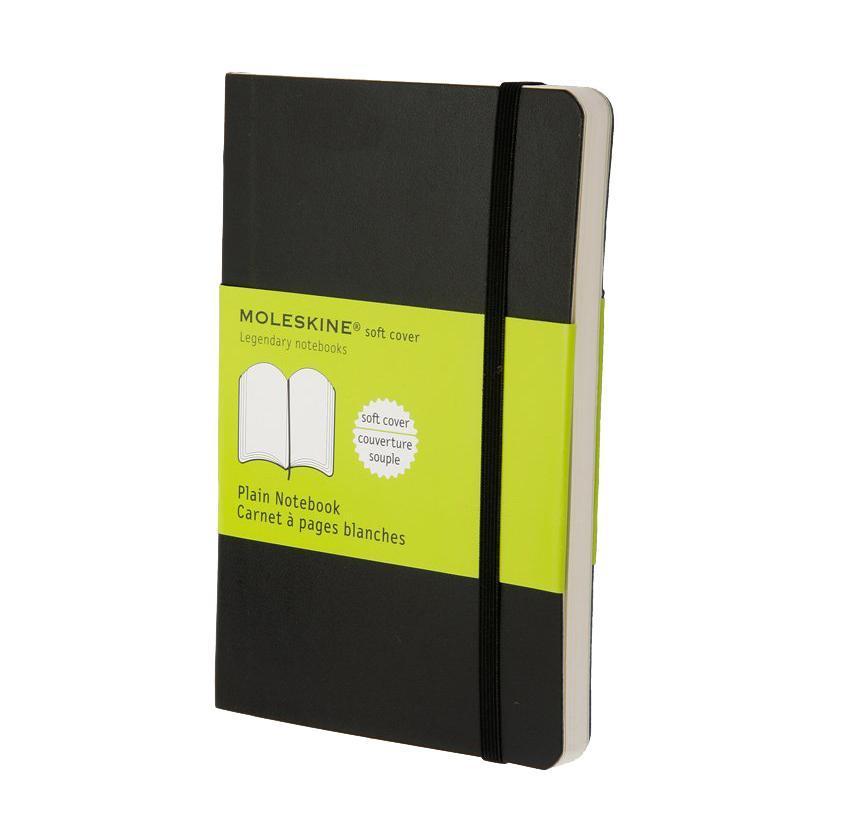 Блокнот Moleskine Classic Soft (нелинованная) Pocket черный72523WDЗаписная книжка в мягкой обложке содержит 192 нелинованные страницы. Неповторимые черты записной книжки Молескин: Удобная эластичная застежка;Прочная влагозащитная обложка;Прошитый нитками переплет;Практичные скругленные углы;Не желтеющие со временем страницы;Быстро впитывающая чернила бумага;Функциональная лента-закладка;Вместительный внутренний кармашек.Характеристики: Цвет: черный. Размер: 9 см х 14 см x 1,1 см. Материал: бумага, влагостойкий синтетический материал.Moleskine (Молескин) - легендарная записная книжка, которой уже два столетия отдает дань любви и уважения европейская творческая интеллигенция: писатели, журналисты, художники, дизайнеры, архитекторы, актеры и музыканты. Среди знаменитых поклонников Moleskine - Эрнест Хемингуэй и Пабло Пикассо, Брюс Чатвин и Луис Сепульведа, Винсент Ван Гог и Анри Матисс, Жан-Поль Сартр и Гийом Апполлинер, Оскар Уайльд и Гертруда Стайн. Множество ярких идей и набросков были до времени скрыты этим тайным помощником, чтобы однажды найти свое воплощение в великих книгах и гениальных полотнах. Сегодня записная книжка Moleskine - это не только символ утонченного вкуса и изысканного стиля, но и частичка прекрасной легенды, бережно сохраняемая каждым из ее обладателей. Королем сюжета называют Moleskine, так как эта записная книжка любима режиссерами и сценаристами. Универсальный внешний вид Moleskineотлично вписывается и в костюмированный исторический антураж и в современный быт XXI века. Культовую записную книжку легко узнать в таких популярных фильмах, как Амели, Магнолия, Сокровище нации, Талантливый мистер Рипли, Дьявол носит Prada, Давайте потанцуем, Индиана Джонс, Хроники Конан Дойла и многих других. И каждый раз книжкаMoleskineоказывается в руках людей неординарных.