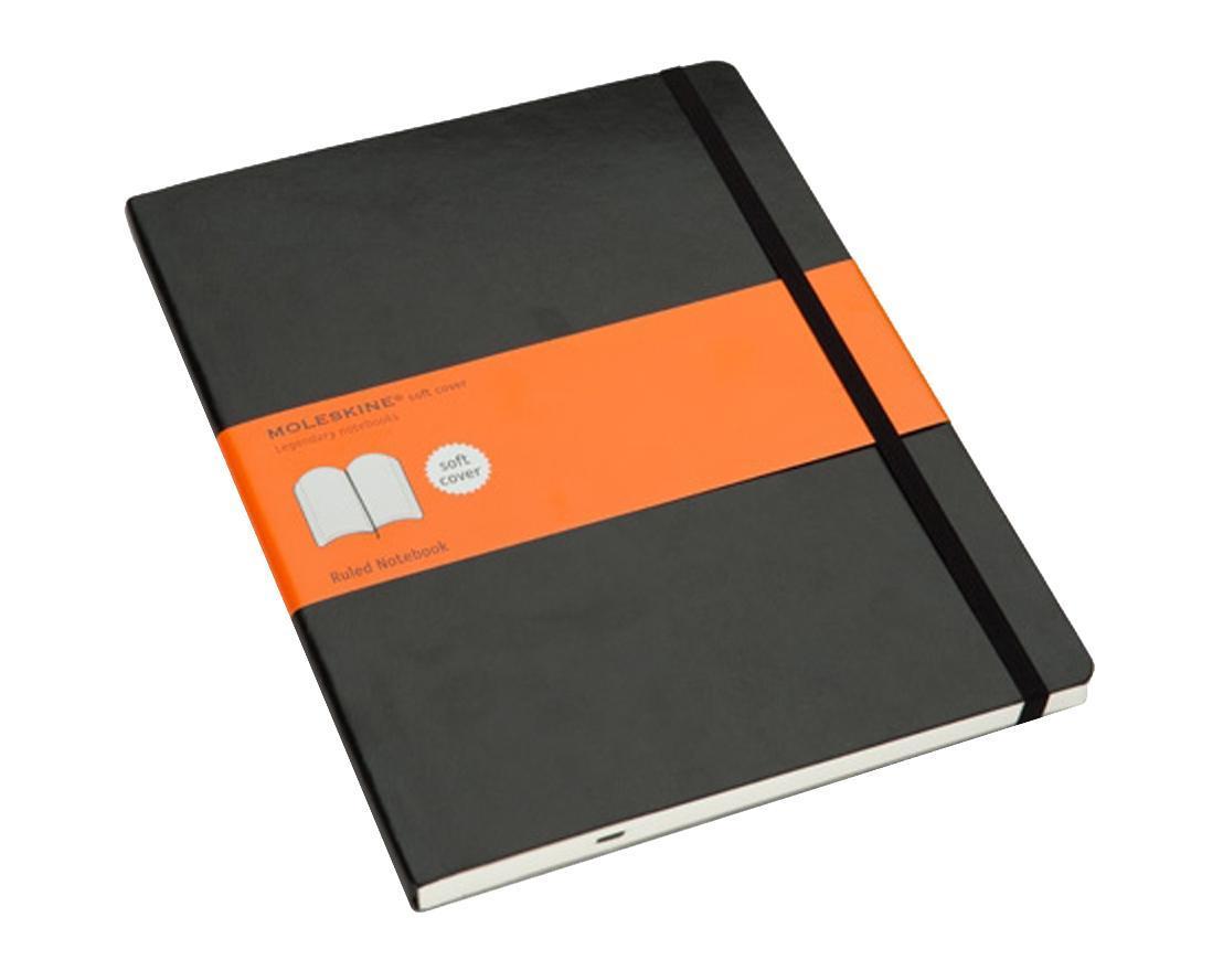 Блокнот Moleskine Classic Soft (в линейку) ХLarge черная72523WDЗаписная книжка в мягкой обложке содержит 192 страницы в линейку. Неповторимые черты записной книжки Молескин: Не желтеющие со временем страницы;Удобная эластичная застежка;Прочная влагозащитная обложка;Практичные скругленные углы;Функциональная лента-закладка;Вместительный внутренний кармашек. Характеристики: Цвет: черный. Размер: 19 см х 25 см x 1,1 см. Материал: бумага, влагостойкий синтетический материал. Moleskine (Молескин) - легендарная записная книжка, которой уже два столетия отдает дань любви и уважения европейская творческая интеллигенция: писатели, журналисты, художники, дизайнеры, архитекторы, актеры и музыканты. Среди знаменитых поклонников Moleskine - Эрнест Хемингуэй и Пабло Пикассо, Брюс Чатвин и Луис Сепульведа, Винсент Ван Гог и Анри Матисс, Жан-Поль Сартр и Гийом Апполлинер, Оскар Уайльд и Гертруда Стайн. Множество ярких идей и набросков были до времени скрыты этим тайным помощником, чтобы однажды найти свое воплощение в великих книгах и гениальных полотнах. Сегодня записная книжка Moleskine - это не только символ утонченного вкуса и изысканного стиля, но и частичка прекрасной легенды, бережно сохраняемая каждым из ее обладателей. Королем сюжета называют Moleskine, так как эта записная книжка любима режиссерами и сценаристами. Универсальный внешний вид Moleskineотлично вписывается и в костюмированный исторический антураж и в современный быт XXI века. Культовую записную книжку легко узнать в таких популярных фильмах, как Амели, Магнолия, Сокровище нации, Талантливый мистер Рипли, Дьявол носит Prada, Давайте потанцуем, Индиана Джонс, Хроники Конан Дойла и многих других. И каждый раз книжкаMoleskineоказывается в руках людей неординарных.