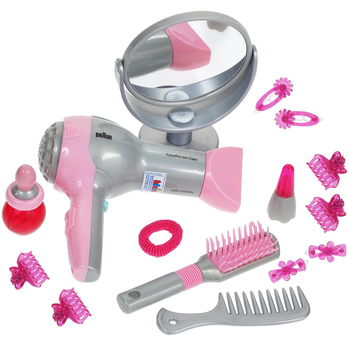 """Игровой набор Klein """"Braun. Парикмахер"""" позволит вашей юной моднице создавать удивительные прически не только своим куколкам! В набор входит все необходимое: фен, щетка для волос, расческа-гребень, зеркало на ножке, два флакончика, заколочки и резиночка для волос. Фен совсем как настоящий - при нажатии на кнопку он воспроизводит реалистичные звуки работающего фена и дует воздухом. Элементы набора хранятся в полупрозрачном пластиковом чемоданчике с удобной нескользящей ручкой, который ваша малышка всегда сможет взять с собой в поездку или на прогулку. Ваша малышка с удовольствием будет играть с набором, представляя себя настоящим парикмахером и мастером своего дела! Необходимо докупить батарею напряжением 1,5V типа АА (Не входит в комплект)."""
