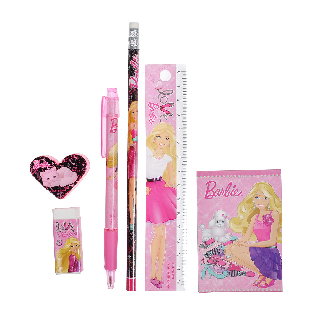 Канцелярский набор Barbie станет незаменимым атрибутом в учебе любой школьницы.  Он включает в себя пластиковый пенал, чернографитный карандаш с ластиком, автоматическую ручку, ластик, точилку, пластиковую линейку 15 см и небольшой блокнотик. Пенал снабжен поднимающейся подставкой для пишущих принадлежностей. Он раскрывается в центре, секции разворачиваются, и пенал можно использовать в качестве стакана для канцелярских принадлежностей.  Ручка снабжена прорезиненной вставкой в области захвата, подача стержня производится путем нажатия на кнопку в верхней части ручки. Блокнотик снабжен картонной обложкой, внутренний блок содержит листы с печатью. Все предметы набора оформлены изображениями Барби.