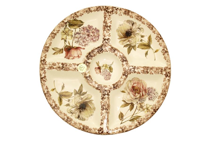 Менажница LCS Сады Флоренции, 5 секцийVT-1520(SR)Круглая менажница LCS Сады Флоренции, изготовленная из высококачественной глазурованной керамики, оформлена изображением цветов. Изделие оснащено четырьмя секциями для нарезок и закусок и круглой секцией в центре для соуса.Некоторые блюда можно подавать только в менажнице, чтобы не произошло смешение вкусовых оттенков гарниров. Также менажница может быть использована в качестве посуды для нескольких видов салатов или закусок.Яркий дизайн сделает блюдо прекрасным дополнением сервировки праздничного стола. Общий диаметр менажницы: 36 см.