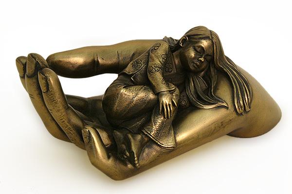 Статуэтка Veronese Забота о дочери, цвет: бронзовый, высота 17 смV3469/5Декоративная статуэтка Veronese Забота о дочери изготовлена из полистоуна. Фигурка выполнена в виде руки, на которой лежит девочка. Вы можете поставить статуэтку в любом месте, где она будет удачно смотреться и радовать глаз. Такая фигурка прекрасно дополнит интерьер офиса или дома.