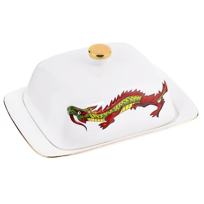 Масленка Briswild Яркий дракон0508287Масленка Briswild Яркий дракон, изготовленная из фарфора белого цвета, предназначена для красивой сервировки и хранения масла. Она состоит из подноса и крышки с ручкой, оформленной изображением дракона. Масло в ней долго остается свежим, а при хранении в холодильнике не впитывает посторонние запахи. Прекрасный дизайн изделия идеально подойдет для сервировки стола. Гладкая поверхность обеспечивает легкую чистку. Не боится низких температур. Набор упакован в подарочную коробку. Внутренняя часть коробки задрапирована коричневым атласом.Не использовать в микроволновой печи. Не применять абразивные моющие средства.