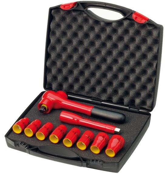 Набор головок с ключем 3/8 изолированных VDE 10 ед Wiha 3318398293777Набор торцевых головок Wiha подойдет как профессиональному механику, так и простому автолюбителю. Они помогут справиться с практически любым крепежом. Набор размещен в пластиковом чемоданчике. К набору прилагается изолированный ключ-трещотка и изолированный удлинитель. Для работ с находящимися под напряжением деталями до 1000 В переменного тока.Состав набора:Изолированный ключ-трещотка 260 мм.Изолированный удлинитель 125 мм.Головки торцевые: 8 мм, 10 мм, 11 мм, 13 мм, 12 мм, 14 мм, 17 мм, 19 мм.