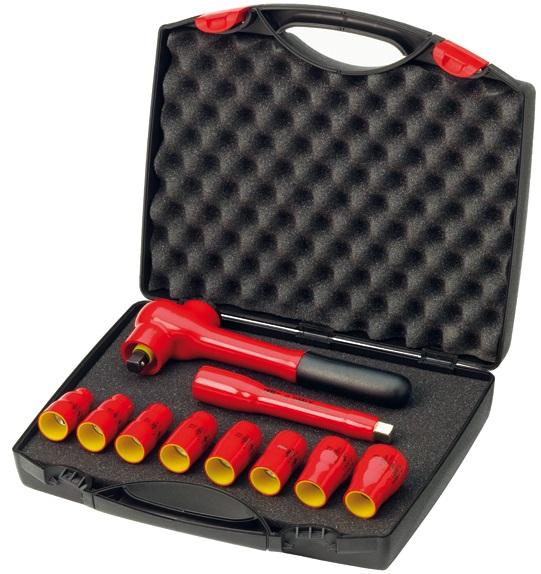 Набор головок с ключом 1/2 изолированных VDE 10 ед Wiha 3318498298130Набор торцевых головок Wiha подойдет как профессиональному механику, так и простому автолюбителю. Они помогут справиться с практически любым крепежом. Набор размещен в пластиковом чемоданчике. К набору прилагается изолированный ключ-трещотка и изолированный удлинитель. Для работ с находящимися под напряжением деталями до 1000 В переменного тока.Состав набора:Изолированный ключ-трещотка 260 мм.Изолированный удлинитель 125 мм.Головки торцевые: 10 мм, 12 мм, 13 мм, 14 мм, 17 мм, 19 мм, 22 мм, 24 мм.