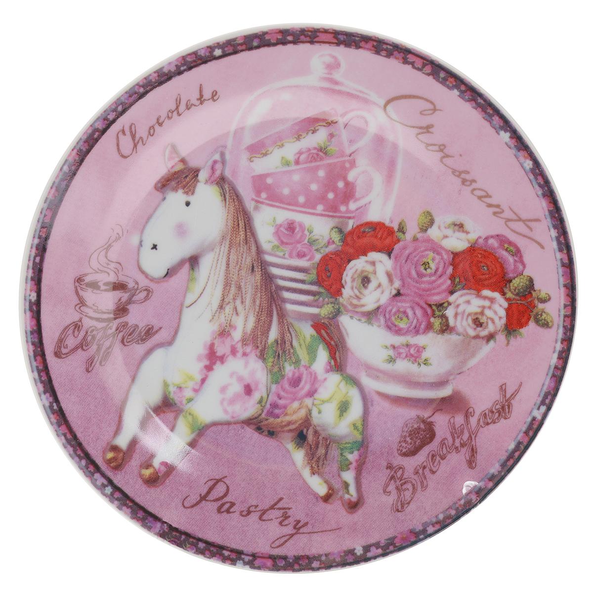 Тарелка декоративная Besko Винтажная лошадка, диаметр 18 смMO-01SДекоративная тарелка Besko Винтажная лошадка выполнена из высококачественной керамики, покрытой слоем сверкающей глазури. Изделие оформлено красочным изображением лошади и цветов. Такая тарелка украсит интерьер вашей кухни и подчеркнет прекрасный вкус хозяина, а также станет отличным подарком. Диаметр: 18 см. Высота: 2 см.