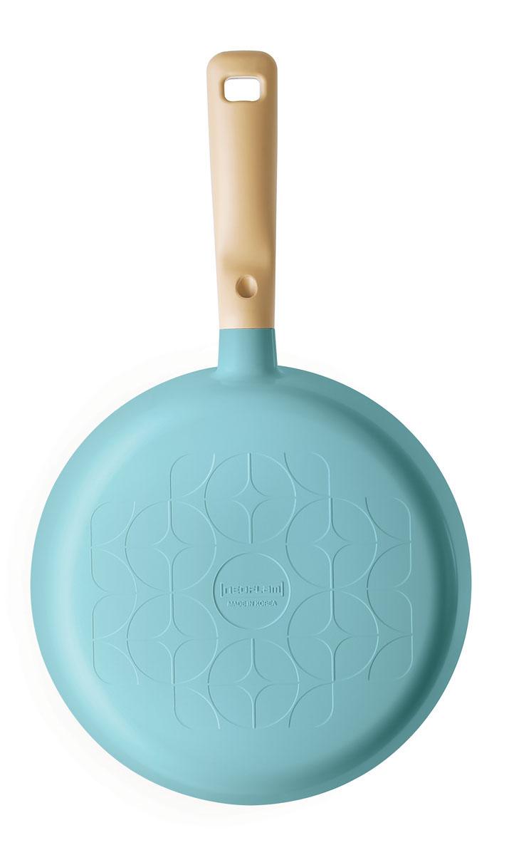 Сковорода Frybest Round, с керамическим покрытием, цвет: голубой. Диаметр 28 смFS-91909Сковорода Frybest Round выполнена из алюминия с внутренним и внешним керамическим покрытием Ecolon Superior. Такое покрытие устойчиво к повреждениям и не содержит вредных компонентов, так как изготовлено из натуральных материалов. Сковорода оснащена удобной прорезиненной ручкой, выполненной из высококачественного пластика. Коллекция Round - это сочетание непревзойденного качества и элегантности.Можно мыть в посудомоечной машине. Подходит для электрических, газовых, стеклокерамических плит.Длина ручки: 18,5 см.Высота стенок: 5,5 см.Толщина стенок: 4 мм.Толщина дна: 6,5 мм.