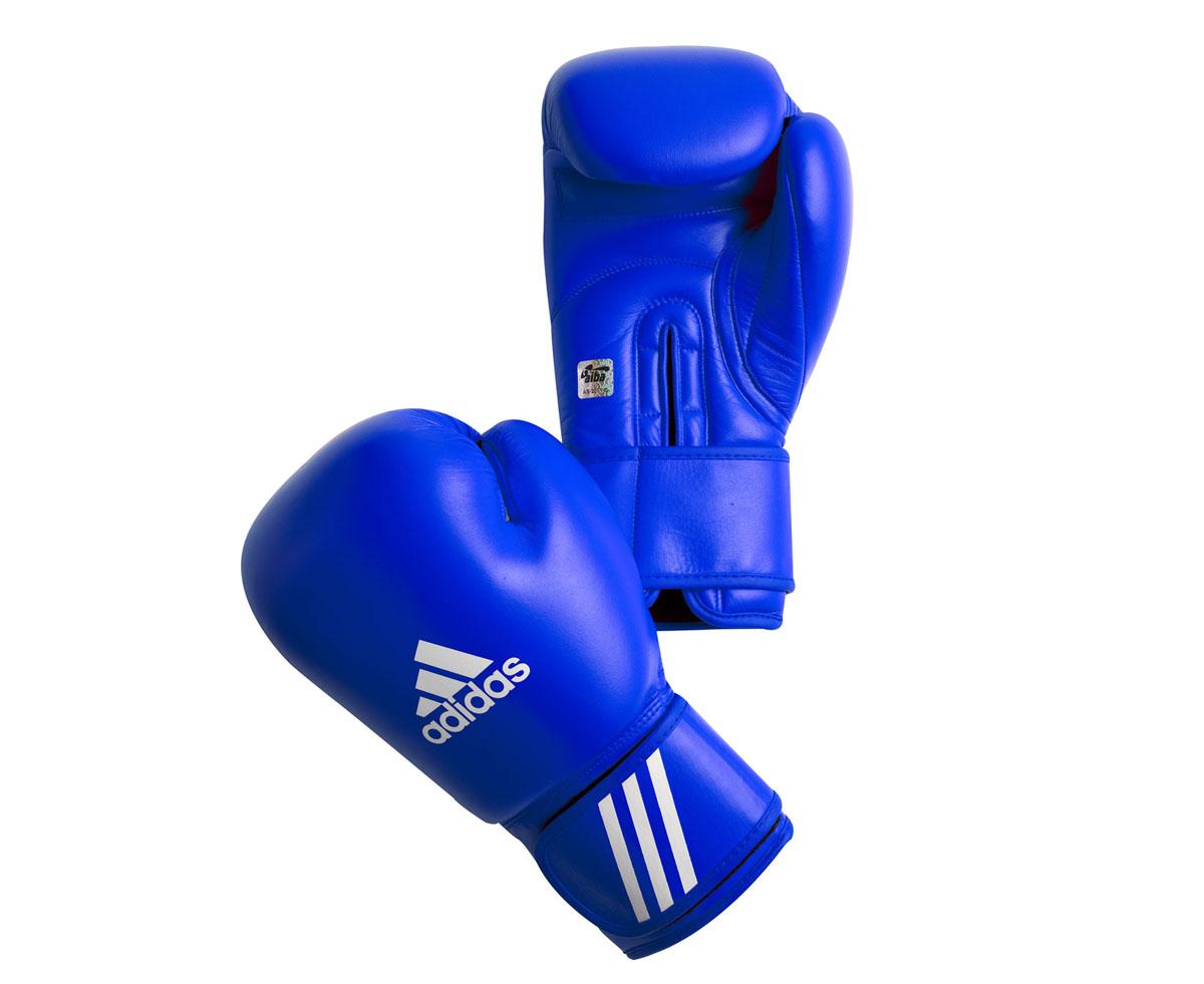 Перчатки боксерские Adidas Aiba, цвет: синий. AIBAG1. Вес 12 унцийAIBAG1Боксерские перчатки Adidas AIBA разработаны и спроектирован для обеспечения максимальной защиты. Перчатки сертифицированы Международной ассоциацией бокса (AIBA). Оболочка перчаток изготовлена из натуральной кожи, что увеличивает срок эксплуатации. Внутреннее наполнение из пены, изготовленной по технологии Air Cushion, обеспечивает отличную амортизацию ударных нагрузок. Фиксация манжеты с помощью эластичной застежки велкро.
