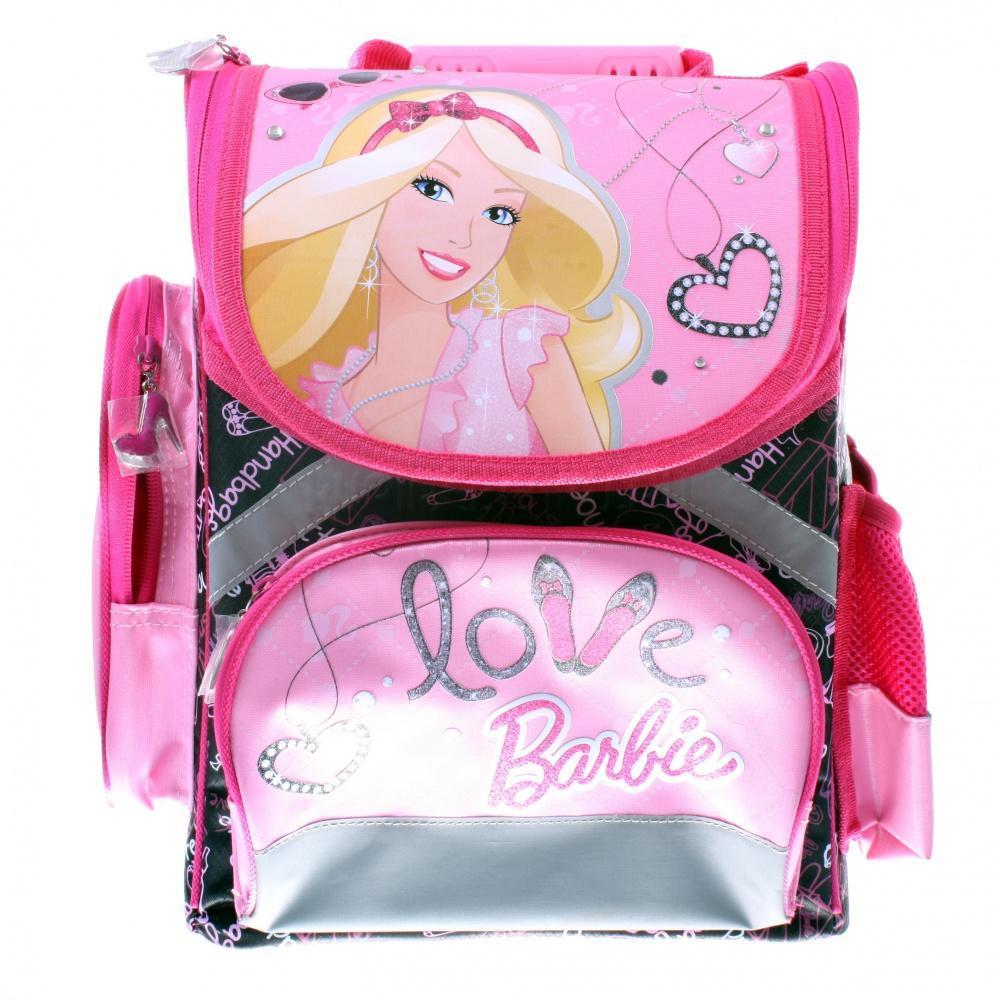 Рюкзак, спинка - толстый поролон, усиление пластиком, Barbie72523WDСпинка сделана из высокотехнологичного водонепроницаемого упругого материала, анатомически расположенные поролоновые вставки и специальная сетка для воздухообмена обеспечивают максимальный комфорт. Облегченная пластиковая вставка служит для создания анатомического эффекта при ношении рюкзака за спиной. Боковые стороны выполнены из высокотехнологичного водонепроницаемого материала и укреплены облегченными пластиковыми вставками для обеспечения жесткости конструкции и правильного распределения нагрузки. Лямки: увеличенная ширина лямок позволяет снизить нагрузку на надплечье. Регулируемая длина гарантирует, что рюкзак подойдет ребенку любого роста. Высокотехнологичный водонепроницаемый упругий материал, поролон и специальная сетка для воздухообмена обеспечивают максимальный комфорт. Резиновая ручка анатомической формы позволяет удобно переносить рюкзак в руках. Светоотражающие элементы на лямках и корпусе рюкзака делают ребенка более заметным для водителей и повышают безопасность ребенка...