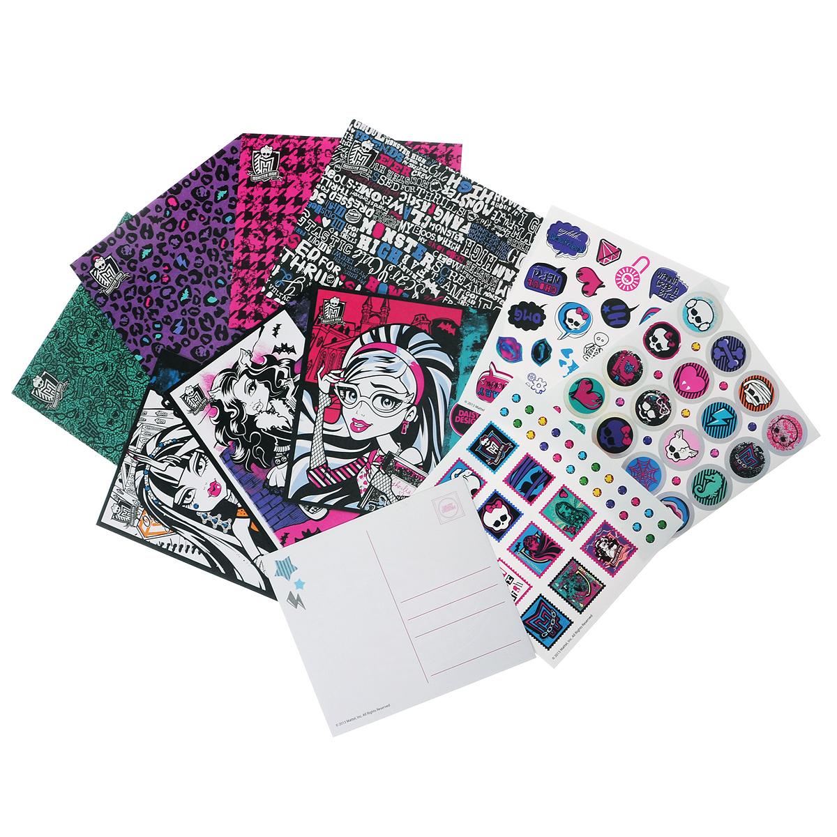 """Набор для творчества Daizy Design """"Monster High. Письма для друзей"""" приведет в восторг любительницу мультсериала """"Monster High"""" (""""Школа Монстров""""). В него входят три листа с различными стикерами, четыре картонные открытки и четыре бумажных конверта с клеевыми слоями. Лицевая сторона каждой открытки оформлена контурным изображением одной из учениц Школы Монстров: Френки Штейн, Клео де Нил, Клодин Вульф или Гулии Йелпс. Каждой открытке соответствует свой конверт с декоративным принтом. Малышка сможет раскрасить изображения очаровательных монстров, оформить открытки и конверты наклейками, подписать открытки и подарить кому-нибудь из друзей или близких. Вашему ребенку обязательно понравится этот набор. Порадуйте его таким креативным подарком!"""