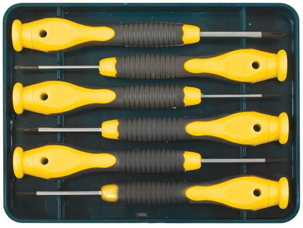 Отвертки для точных работ FIT Профи Нейтрон, PH/SL, 6 шт2706 (ПО)Отвертки для точных работ FIT Профи Нейтрон предназначены для профессионального использования. В наборе - 3 плоские и 3 крестовые отвертки. Жало отверток изготовлено из легированной закаленной хром-молибденовой стали. Матовое хромированное антикоррозионное покрытие. Идеальное сочетание пластичности и твердости. Магнитный наконечник со специальным оксидированным (шероховатым) покрытием для лучшего зацепления с крепежными элементами. Пластиковая ручка оснащена вращающимся прижимом и антискользящей вставкой из термопластичной резины. Для хранения предусмотрен пластиковый футляр. Материал: хром-молибденовая сталь, пластиковая прорезиненная ручка. Твердость стали: 47-52 HRC.Комплектация: 6 шт.Размеры: (1- PH 000; PH 00; PH 0; SL 1,0; SL 1,5; SL 2,0), (2- с отверстием: Т4, Т5, Т6, Т7, Т8, Т10).