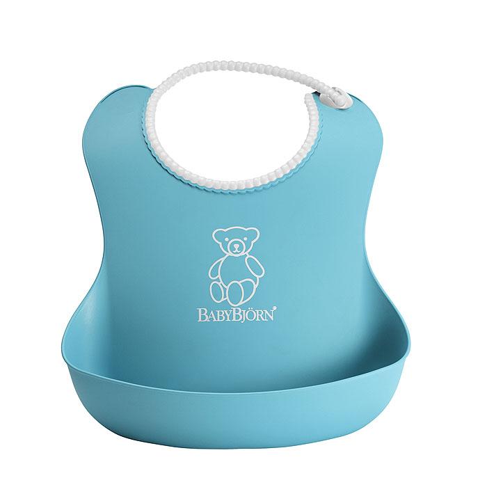 Мягкий нагрудник BabyBjorn отличается эргономичным дизайном и поэтому отлично подходит для вашего ребенка. Мягкий и удобный нагрудник ловит всю ту еду, что попадает мимо рта малыша. Ворот рассчитан на объем шеи 19-30 см, сделан наподобие бус и снабжен бесступенчатой застежкой, благодаря чему даже быстро растущий малыш может долго пользоваться нагрудником. Мягкий ворот удобен для шеи ребенка. Благодаря продуманному размеру нагрудника он не цепляется карманом за стол. Пища остается в кармане нагрудника, даже когда ваш ребенок не сидит на месте. Имея такой нагрудник, вам не придется постоянно стирать испачканные вещи - его достаточно лишь сполоснуть, и он вновь готов к дальнейшему пользованию. Hагрудник предназначается для детей примерно с трех месяцев. Пластмасса одобрена для использования в пищевой промышленности и соответствует требованиям безопасности, предъявляемых к пластмассе как в Европе (EEC), так и в США (FDA). В изделии не содержится ПВХ. Инструкция по уходу: ...