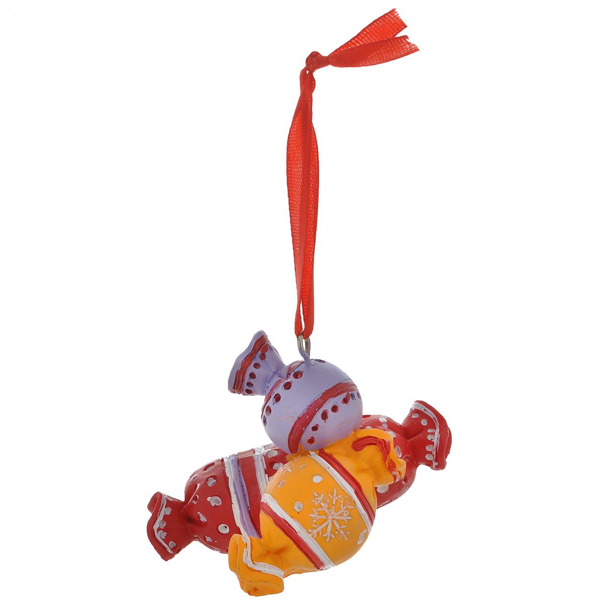 Новогоднее подвесное украшение Конфеты. 345741125295Оригинальное новогоднее украшение из пластика прекрасно подойдет для праздничного декора дома и новогодней ели. Изделие крепится на елку с помощью металлического зажима.